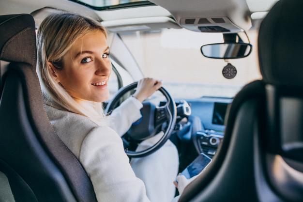 kvinde i bil