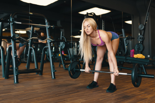 kvinde der vægtløfter