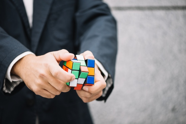 træn logik med en rubiks cube
