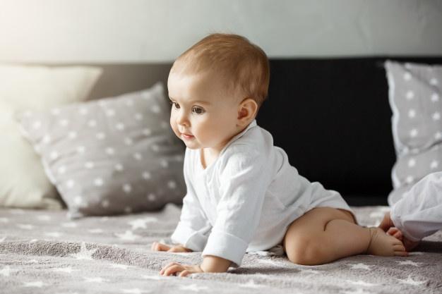 baby på sengetøj