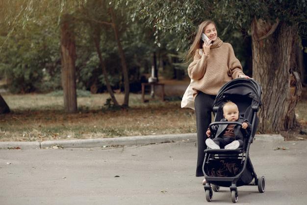 kvinde med barnevogn